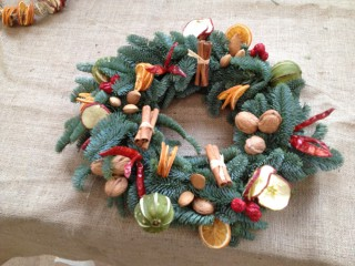 Driftwood Flowers Christmas wreath with fruit