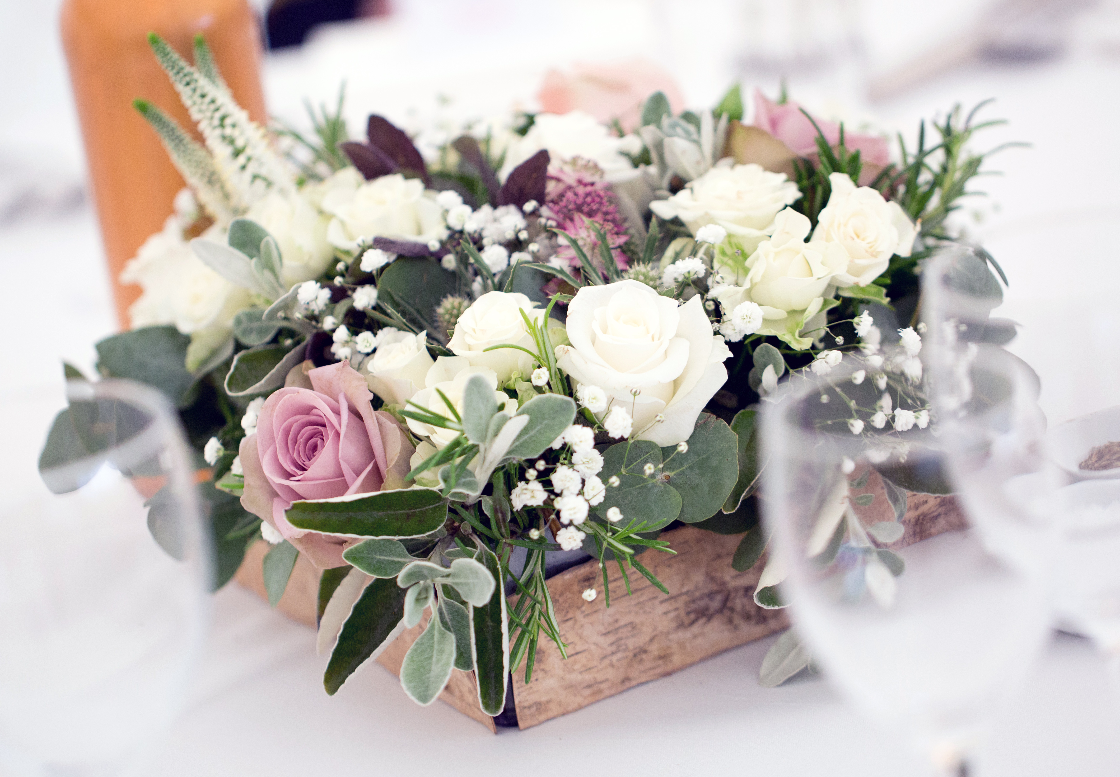 Rose table decoration driftwood flowers - Deco table rose ...